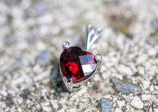 ガーネットのリフォーム 赤色が目を惹く魅力的な石を特別なアイテムにしてみませんか?