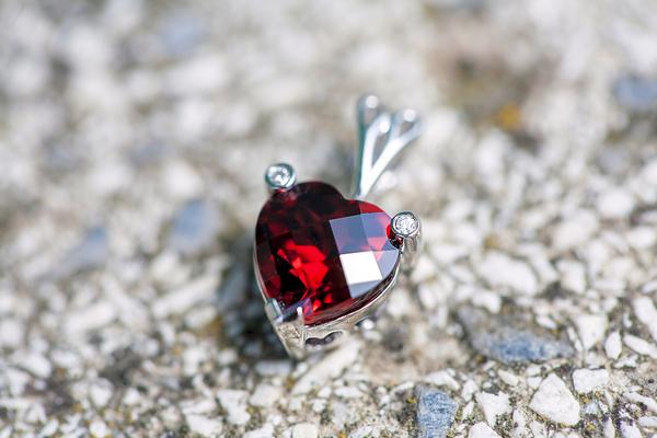 ガーネットのリフォーム|赤色が目を惹く魅力的な石を特別なアイテムにしてみませんか?