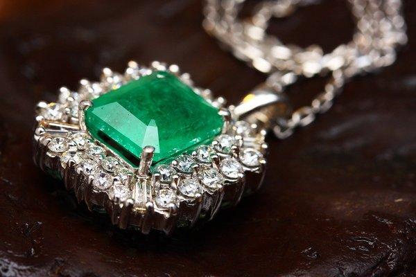 エメラルドのリフォーム|指輪やネックレスにして新たな始まりを刻もう!