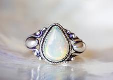 10月生まれの誕生石を紹介|多彩な色を持つ2種類の宝石を徹底解説