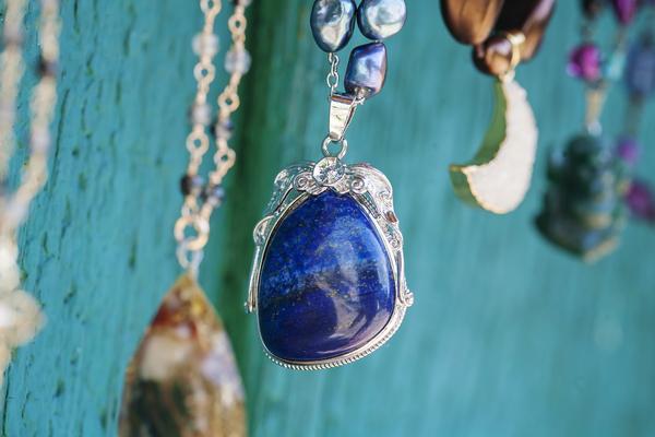 ラピスラズリを徹底解説|深い群青色が美しい宝石の魅力
