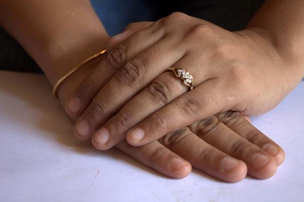 職場での婚約指輪はどうしてる?マナーやOKなデザインとは