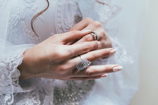 婚約指輪は何種類?|魅力的なデザインや選び方もご紹介