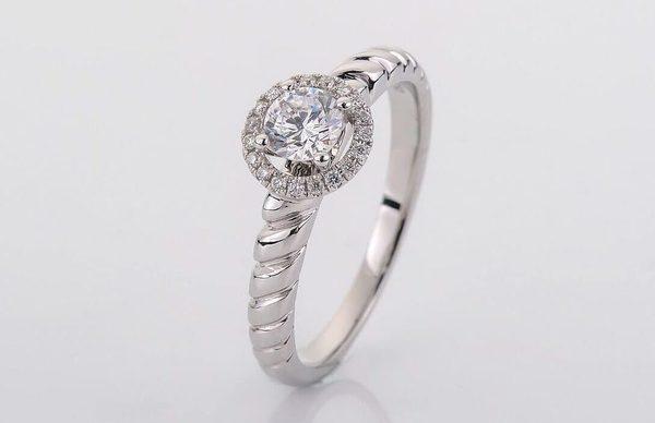 婚約指輪と結婚指輪の重ね付け|ポイントや注意点を徹底解説